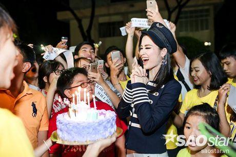Dong Nhi hanh phuc don sinh nhat trong vong vay cua fan sau hau truong The Voice Kids - Anh 9