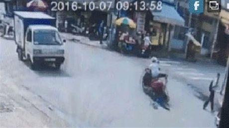 Clip: Kinh hoang cuop keo le co gai nat chan tren duong - Anh 1