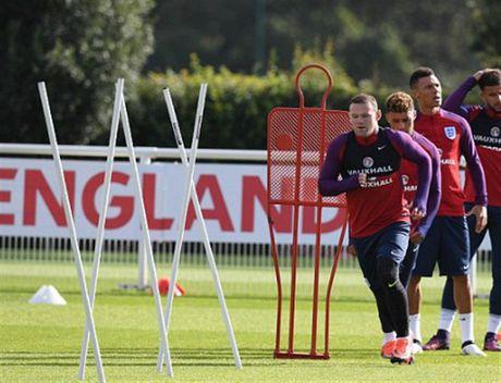 Rooney 'cau co' tap luyen truoc tin don bi tram - Anh 1