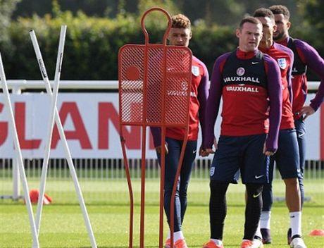 Rooney 'cau co' tap luyen truoc tin don bi tram - Anh 2