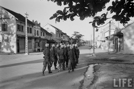 Tan muc linh Phap cuon co rut khoi Ha Noi nam 1954 - Anh 11