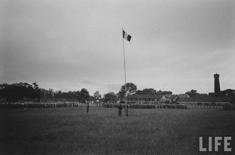 Tan muc linh Phap cuon co rut khoi Ha Noi nam 1954 - Anh 1