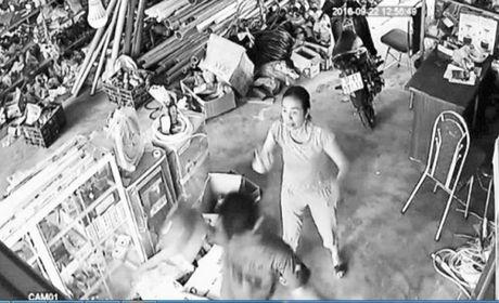 Thuc hu vu con no 300 nghin dong, con do xong vao nha hanh hung bo me - Anh 1