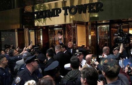 Donald Trump buoc vao tranh luan lan hai trong khung hoang - Anh 1