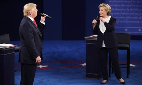 Tranh luan truc tiep lan 2: Ong Trump va ba Clinton khong bat tay, lien tuc cong kich du doi - Anh 2