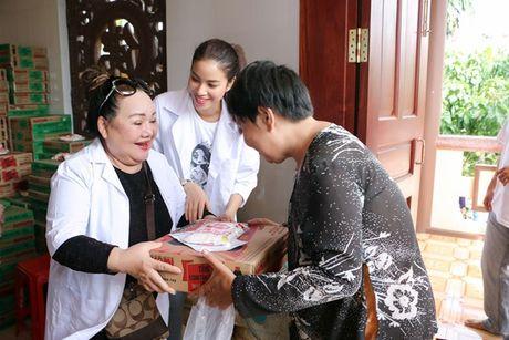 Pham Huong cung NSND Ngoc Giau ve Ben Tre lam tu thien - Anh 8