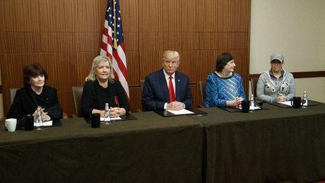 Ong Trump dua 3 phu nu to ong Clinton quay roi den cuoc tranh luan - Anh 1