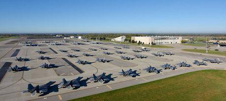 Xem tiem kich tang hinh F-22 cua My di tranh bao Matthew - Anh 1