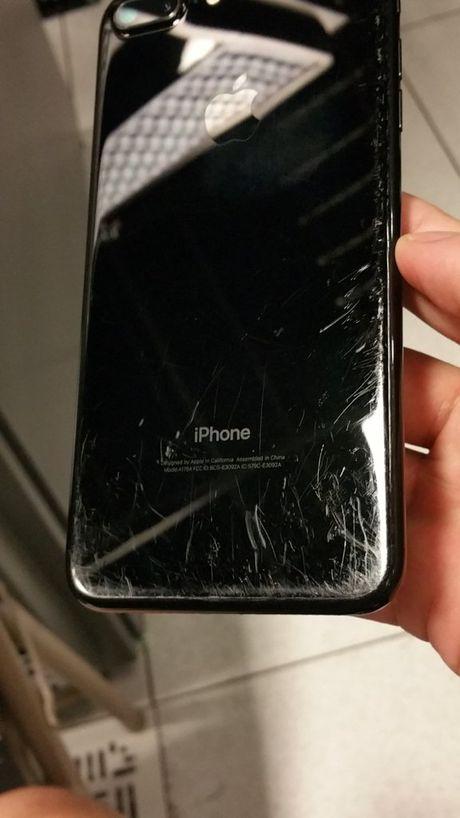 Hinh anh iPhone 7 Plus Jet Black bi tray xuoc nang ne - Anh 1