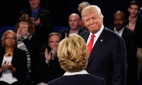 Tuong thuat truc tiep: Trump xuat hien voi 3 phu nu to cao ong Clinton tan cong tinh duc - Anh 2