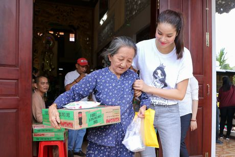 Pham Huong, NSND Ngoc Giau ve Ben Tre phat thuoc cho nguoi ngheo - Anh 2