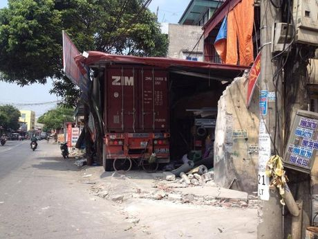 Container mat lai dam xuyen 4 nha dan - Anh 1