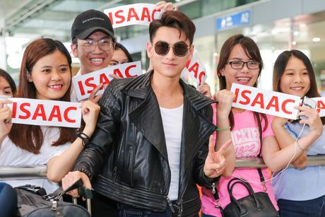 Isaac duoc chao don tai san bay sau khi nhan giai o Han Quoc - Anh 5