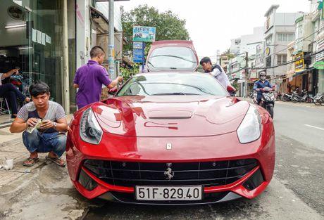 Sieu xe Ferrari F12 ban do nhap Dubai ra bien so Sai Gon - Anh 1