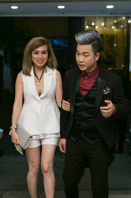 Quach Tuan Du cai ao cho ban gai giam doc giua su kien - Anh 1