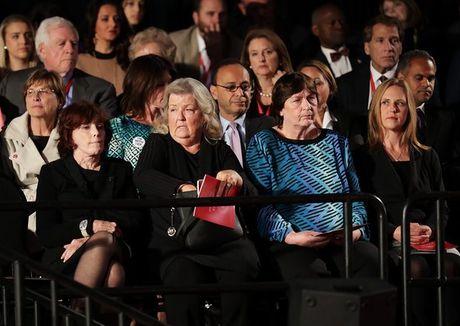 Donald Trump dua 'nan nhan tinh duc' dan mat ba Clinton - Anh 1
