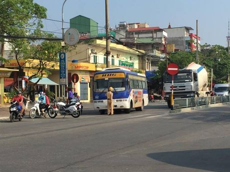 CSGT 'bo tay' voi tai xe xe buyt Hoang Ha hai lan co thu - Anh 1