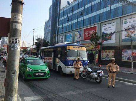 CSGT 'bo tay' voi tai xe xe buyt Hoang Ha hai lan co thu - Anh 2