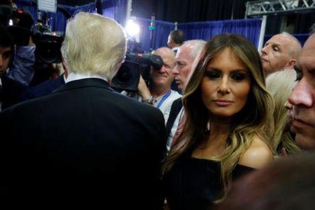 Vo Donald Trump kheo leo giai vay cho chong truoc gio tranh luan - Anh 1
