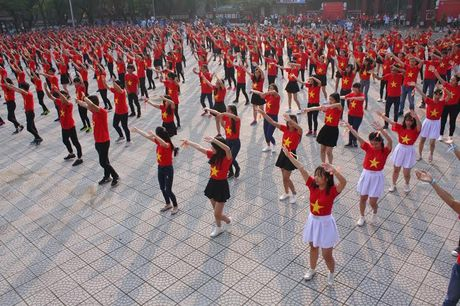Chum anh: Man trinh dien dan vu tre trung cua thanh nien Hue - Anh 19