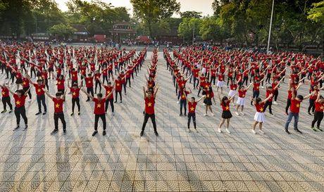 Chum anh: Man trinh dien dan vu tre trung cua thanh nien Hue - Anh 1