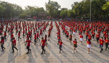 Chum anh: Man trinh dien dan vu tre trung cua thanh nien Hue - Anh 2