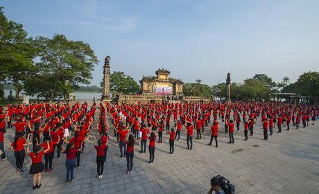 Chum anh: Man trinh dien dan vu tre trung cua thanh nien Hue - Anh 6