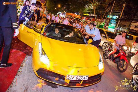 Minh Nhua va Phan Thanh cuoi sieu xe di 'uong bia' tai SG - Anh 1
