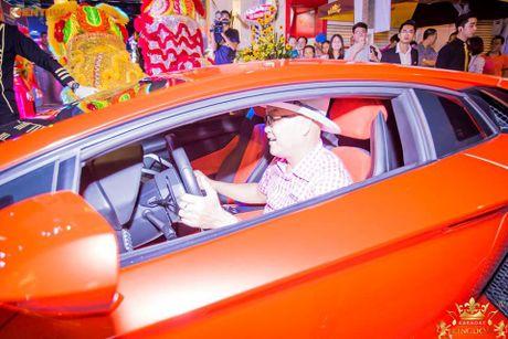 Minh Nhua va Phan Thanh cuoi sieu xe di 'uong bia' tai SG - Anh 5