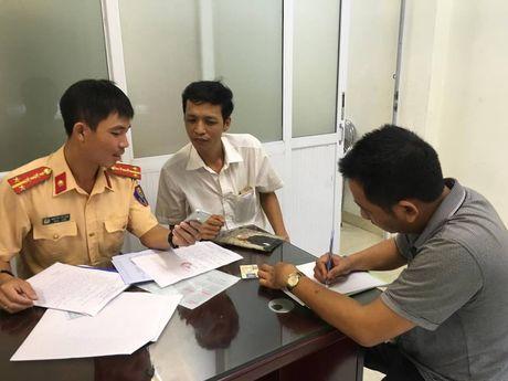 Ha Noi: Xu phat hai lai xe taxi di nguoc chieu tren cau vuot Hoang Minh Giam - Anh 1