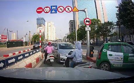 Ha Noi: Xu phat hai lai xe taxi di nguoc chieu tren cau vuot Hoang Minh Giam - Anh 2