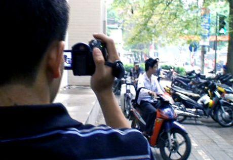 Ha Noi: Xu phat hai lai xe taxi di nguoc chieu tren cau vuot Hoang Minh Giam - Anh 3