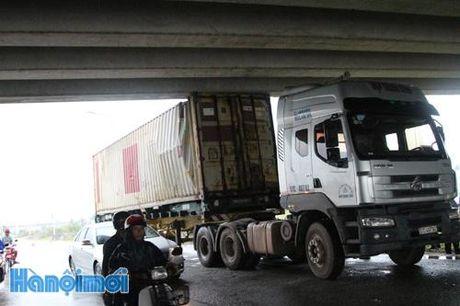 Container mac ket duoi cau vuot duong cao toc - Anh 1