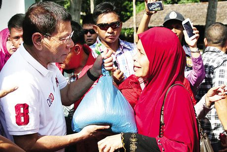 Phat ngon bat ngo cua ong Duterte ve Scarborough truoc khi tham Trung Quoc - Anh 1