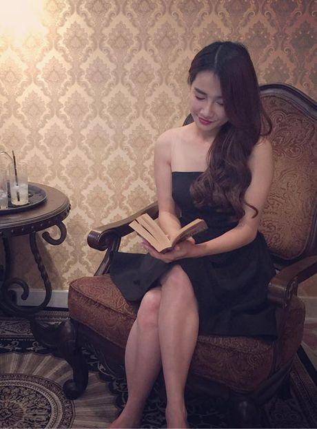 Sao Viet 11/10: Ho Quang Hieu nam kem duyen, Ngoc Trinh khoe chan nguc - Anh 8