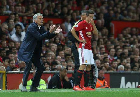 """MU 4 dai chien/10 ngay: Mourinho so """"dop"""" Van Gaal - Anh 2"""