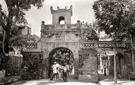 Nha ngoai giao nguoi Anh chup anh Ha Noi thap nien 1980 - Anh 2