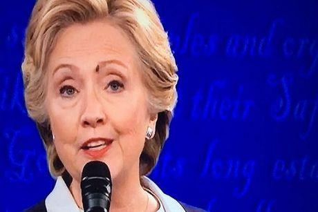 Ruoi dau tren mat ba Clinton gay sot mang xa hoi - Anh 1