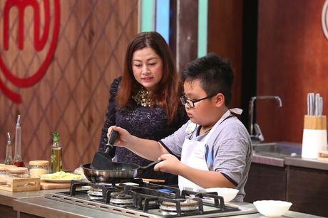 Dau bep 9 tuoi chinh phuc giam khao voi com chien mam ruoc - Anh 3