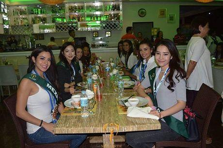 Dien vay giong Pham Huong, Nam Em lien tuc gay chu y tai Miss Earth 2016 - Anh 9