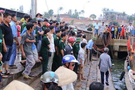 Quang Tri: Tau chim gan dao Con Co, 44 nguoi gap nan - Anh 4