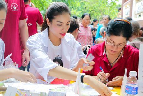 Hoa hau Pham Huong gian di cung NSND Ngoc Giau di trao qua tu thien - Anh 2