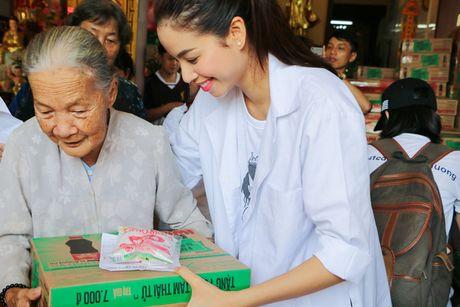 Hoa hau Pham Huong gian di cung NSND Ngoc Giau di trao qua tu thien - Anh 5