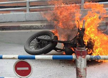 Moto phan khoi lon boc chay ngun ngut o Sai Gon - Anh 1