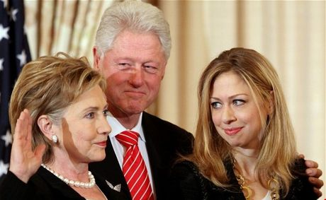 WikiLeaks tiet lo email bi mat ve qua khu gay soc cua gia dinh Clinton - Anh 1