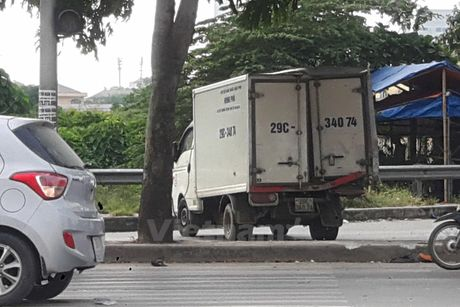 Ha Noi: Tai nan lien hoan do 'xe ho vo' tong xe tai dang dung den do - Anh 2