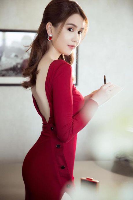 Ngoc Trinh 'ham nong' trao luu khoe chan nguc sexy kho cuong - Anh 2