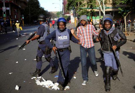 Loat anh moi sinh vien bieu tinh du doi o Nam Phi vi hoc phi - Anh 8