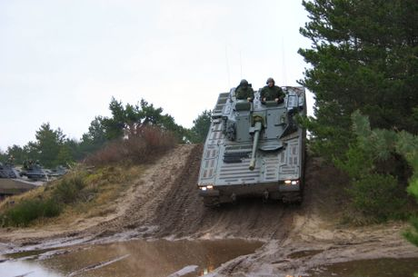 Nhan dien xe boc thep toi tan NATO 'ap sat' Nga - Anh 10