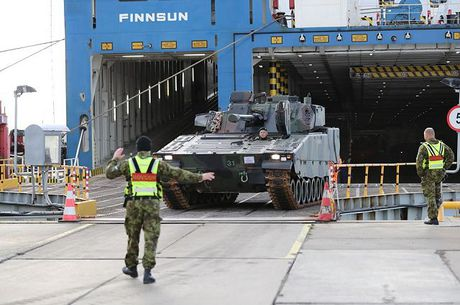Nhan dien xe boc thep toi tan NATO 'ap sat' Nga - Anh 1